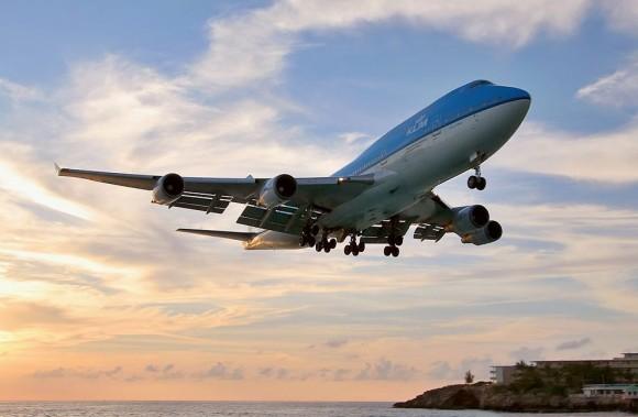 Самолет на море